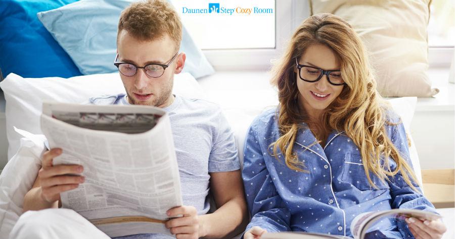 Arezzo - Cozy Room: Una coppia legge il giornale a letto