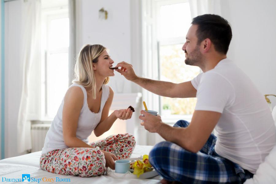 Arezzo - Cozy Room: Una coppia fa colazione a letto