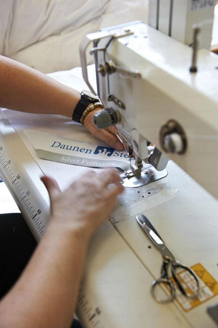 Daunenstep porta ad Arezzo la propria artigianalità: nell'immagine una sarta è intenta a rifinire un prodotto
