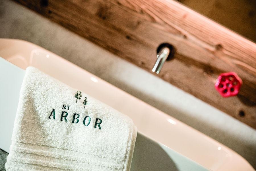 Partners - Daunenstep Cozy Room - My Arbor: immagine di un dettaglio del lavandino con asciugamano