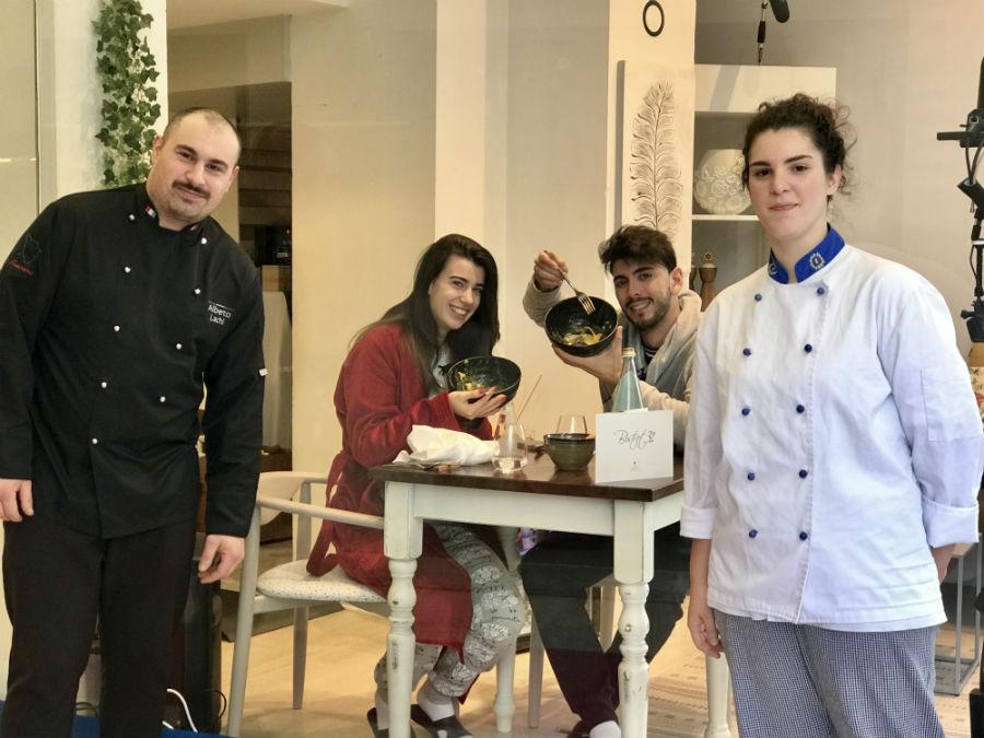 Giada e Jonathan alle prese con un piatto di spaghetti alla carbonara di Bistrot31 di Arezzo. Nell'immagine lo chef Alberto Lachi con la Sous Chef Vanessa