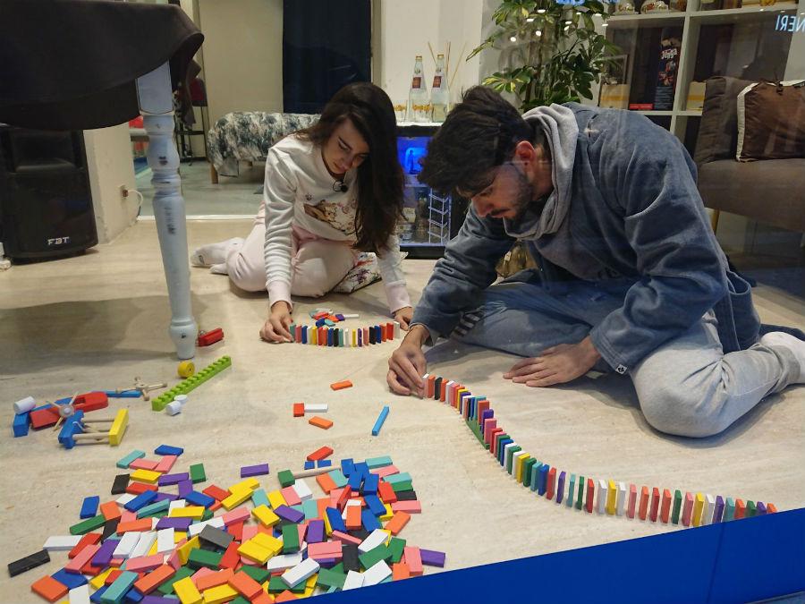 Giada e Jonathan alle prese con il domino per aggiudicarsi il copripiumino globetrotter dolomites