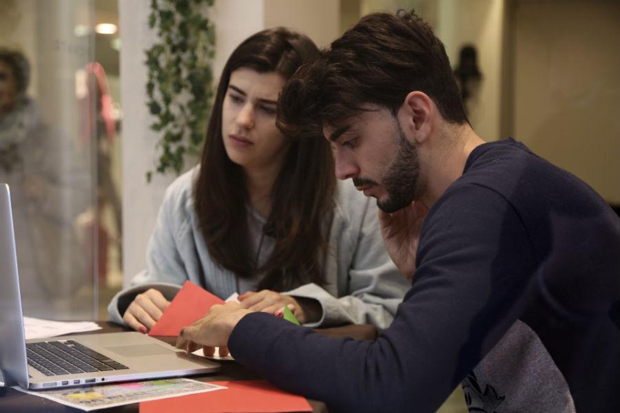 Giada e Jonathan durante la prova di origami che permetterà loro di aggiudicarsi il piumino D400 Classic Winter Matrimoniale