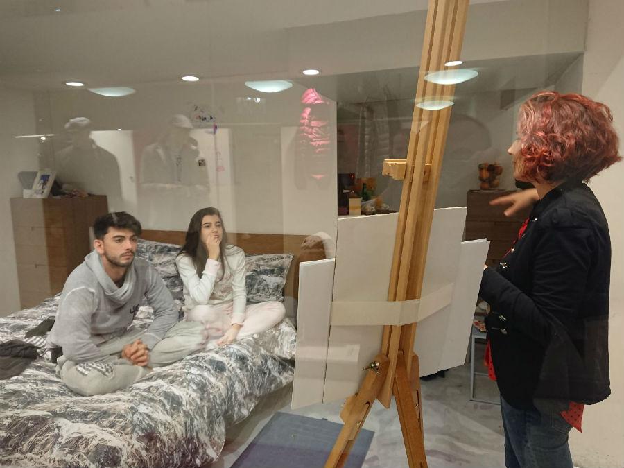 Giada e Jonathan si godono la visita guidata di Arezzo, comodamente seduti sul letto allestito con il copripiumino Globetrotter Dolomites di DaunenStep