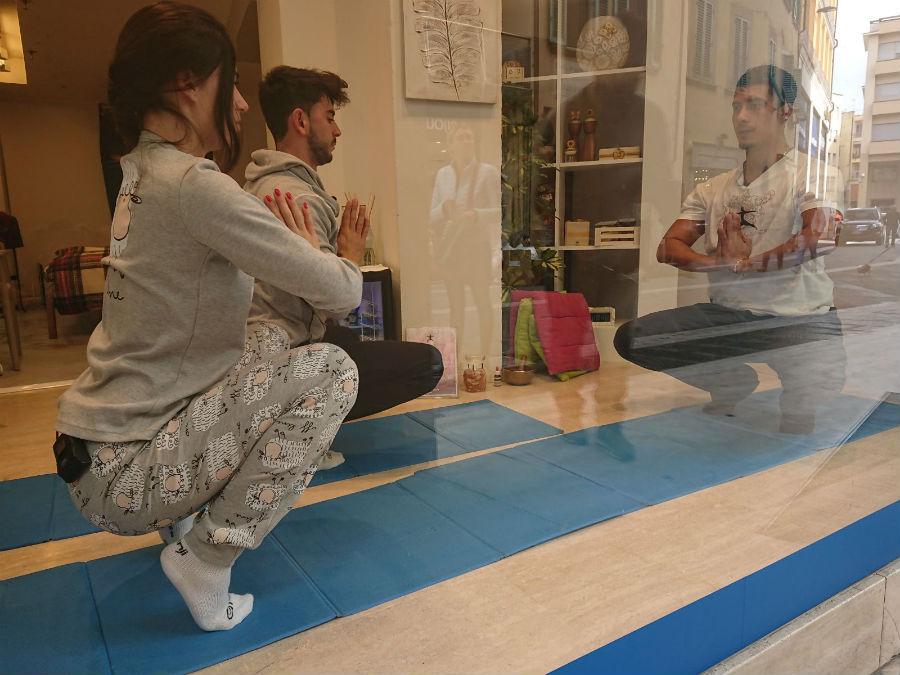 Giada e Jonathan, dopo aver dormito con il Coprimaterasso Globetrotter Dolomites, vengono risvegliati con una lezione di joga