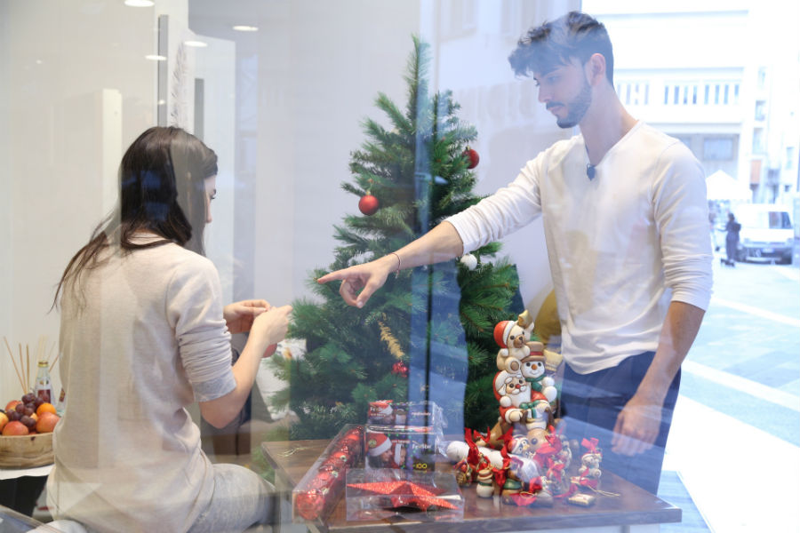 Giada e Jonathan nella DaunenStep Cozy Room, allestiscono l'albero di Natale con addobbi Thun