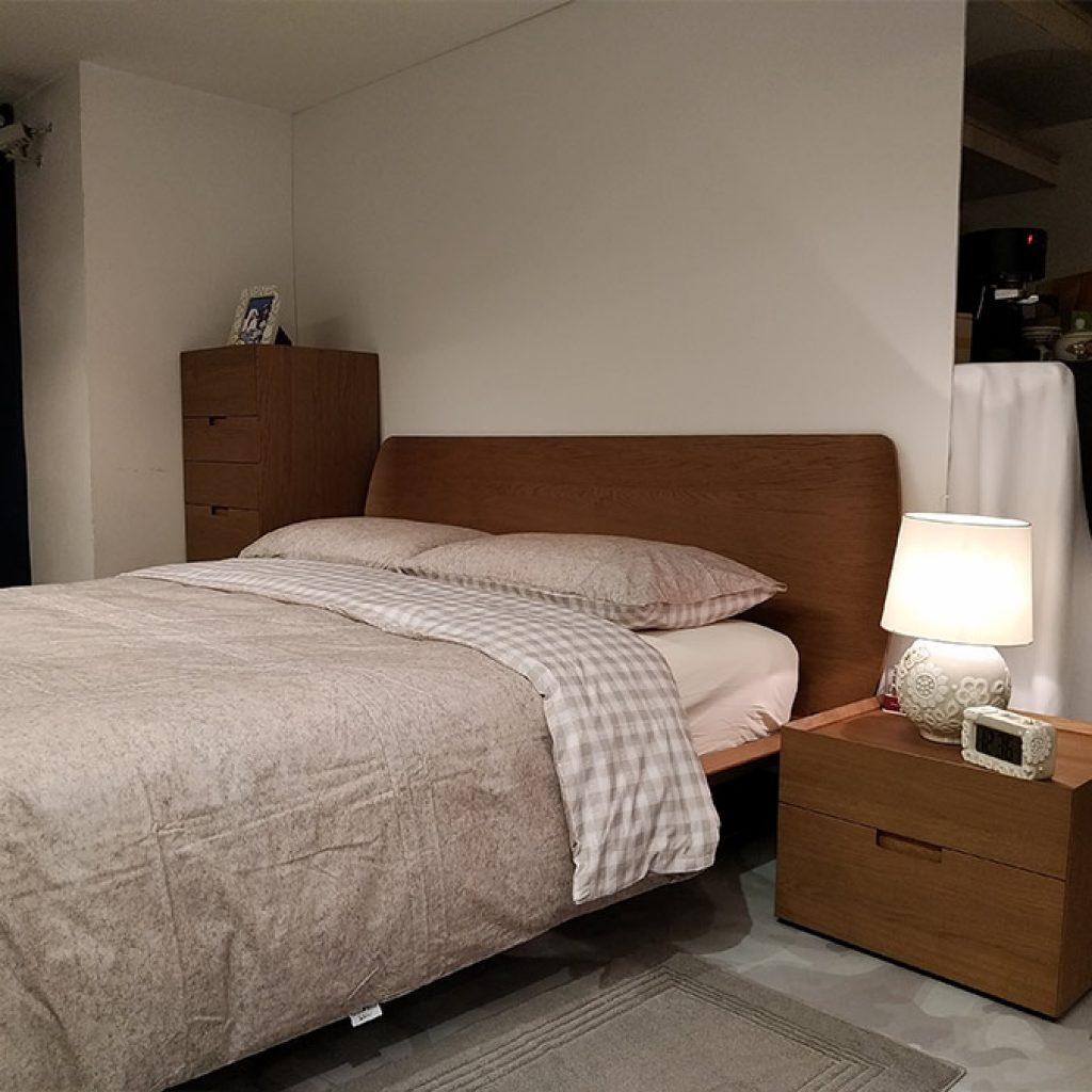 letto, comodino e settimino Novamobili con lampada Thun e tappetino Vossen