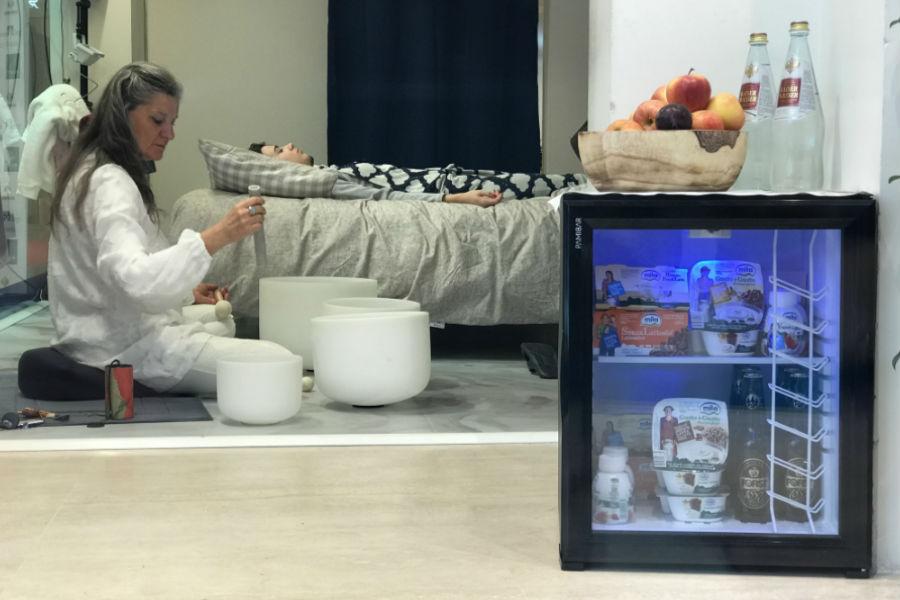 Momento di relax al suono di campane di cristallo sul letto DaunenStep per Giada Cusin e Jonathan Quattrocchi