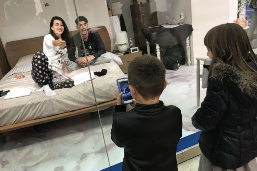 Selfie scattato dai passanti a Giada Cusin e Jonathan Quattrocchi all'interno della DaunenStep Cozy Room