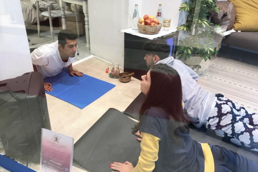 Giada Cusin e Jonathan Quattrocchi durante un momento di yoga all'interno della DaunenStep Cozy Room