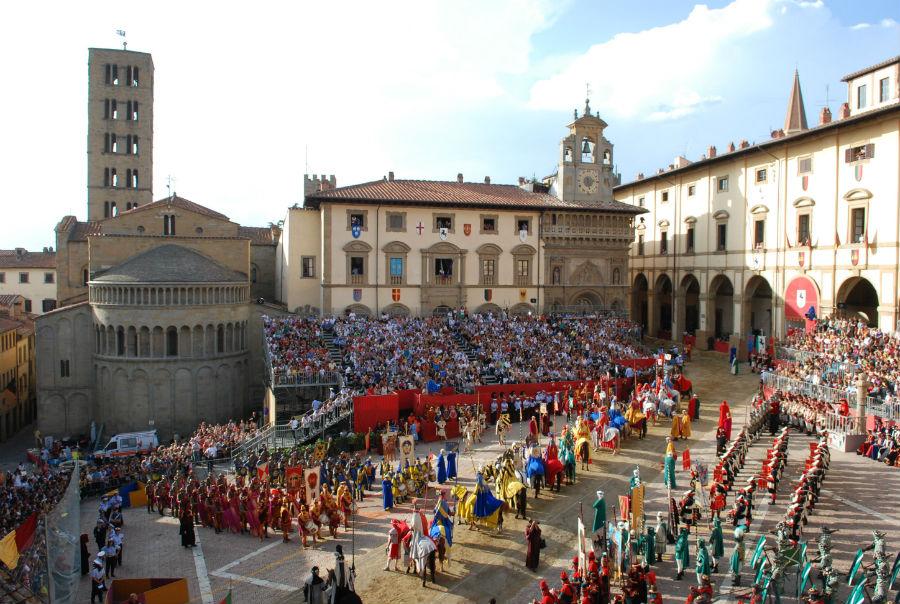 Piazza Grande di Arezzo, la città che ha accolto la DaunenStepp Cozy Room, durante la Giostra del Saracino